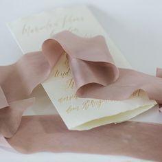 Luxuriöse Seidenbänder aus 100% Seide im Schrägschnitt geschnitten. Handgefärbt mit natürlichen ...