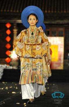 Nhật Bình dress-worn over the áo dài by court ladies of the Nguyễn dynasty Vietnamese Clothing, Vietnamese Dress, Vietnamese Traditional Dress, Traditional Dresses, Vietnam Costume, Ao Dai Vietnam, Costumes Around The World, Culture Clothing, Vietnam History