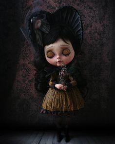 Lorraine, my new work ❤ adopted #lorraine #dollstargram #doll #blythe #blythecustom #blythedoll #artwork #art #unique  #handmade #original #tale #night #vampire #nightmare #dreams #gold #hummingbird #rebecacanodolls #rebecacano #cookiedolls #heart #bloodyheart #blood #heart #rose #victorian #gotic #halloween #naturallight #cofin