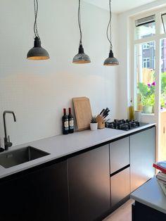 Black&white kitchen, keuken, mat zwart, grijs keukenblad, composiet