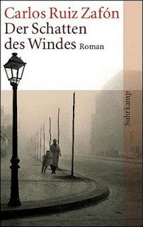 """Einer meiner Lieblingsschriftsteller - tolles Buch! Carlos Ruiz Zafón: Der Schatten des Windes. Der junge Daniel Sempere aus Barcelona wird von seinem Vater, einem Buchhändler, zu einer verborgenen Bibliothek, dem """"Friedhof der Vergessenen Bücher"""" geführt. Er darf sich ein Buch heraussuchen und wählt den Roman Der Schatten des Windes des unbekannten Autors Julián Carax. Zafóns gleichnamiger Roman erzählt vom Leben dieses Autors, von der Entstehung seines Romans und von der Suche Daniels…"""