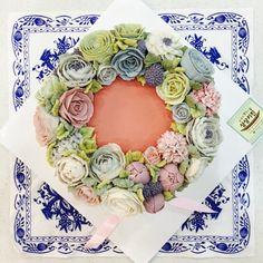 flowers on steamed rice cake made by moroo www.moroocake.com #flowercake #buttercreamflowers #floralcake #wreathcake #앙금플라워케이크 #떡케이크 #강서구케이크공방 #버터크림플라워케이크