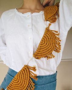 Do It Yourself Discover Ideas Macrame Design, Macrame Art, Macrame Projects, Doilies Crafts, Macrame Patterns, Boho Diy, Fabric Manipulation, Hanging Wall Art, Diy Projects To Try