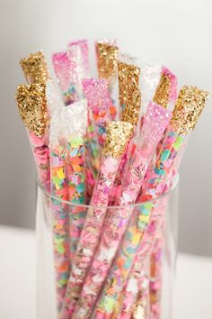 DIY - Confetti sticks - How to make - Glitter - Party - Decoration - Idea - Girly - Pink - Full color Diy Confetti, Glitter Confetti, How To Make Confetti, Confetti Ideas, Confetti Poppers, Party Poppers, Wedding Confetti, Festa Party, Ideas Geniales