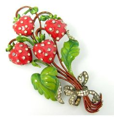Vintage-STARET-Enameled-Rhinestone-STRAWBERRY-Pin-Rare-Figural-Floral-Brooch