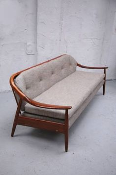 Again what can I say but retro-modern Metal Sofa, Wood Sofa, Apartment Interior Design, Interior Exterior, Sofa Bed Design, Furniture Design, Living Room Sofa, Living Room Decor, Dinning Table Design