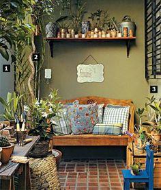 Piso de cerâmica, móveis de madeira aparente, cesto de fibra, tom oliva na ...