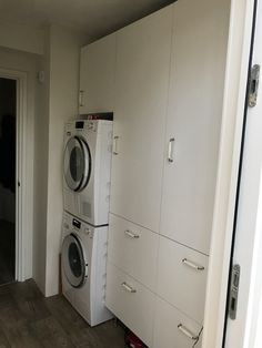 Bijkeuken, wasmachine, droger, waslade en vel opbergruimte. Ikea kasten met grote laden.