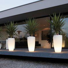 Le pot lumineux est une excellente idée pour le jardin. Encore mieux si vous avez une piscine, vous pouvez l'entourer avec des pots de fleurs lumineux. Cela