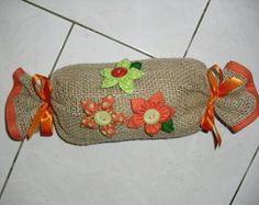Peso de porta                                                                                                                                                                                 Mais Pin Cushions, Pillows, Door Stopper, Burlap Lace, Diy And Crafts, Reusable Tote Bags, Textiles, Sewing, Crochet