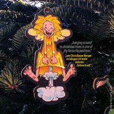 Ein kleiner, frecher Schutzengel möchte dich begleiten. Guardian GERTI wertet als Geschenkanhänger jedes Geschenk auf, dekoriert dein Zuhause, fährt als Schutzengel im Auto mit, schmückt deinen Christbaum, beschützt dich auf Reisen und vieles mehr … #schutzengel #geschenkanhänger #christbaumschmuck Christen, Bart Simpson, Passion, Fictional Characters, Guardian Angels, Christmas Tree Decorations, Decorating, Ad Home, Viajes