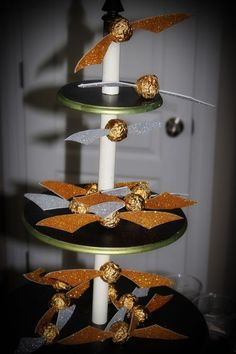 Harry Potter Party: Golden Snitch Treats And there you go! No cameo thing needed! Harry Potter Food, Harry Potter Theme, Harry Potter Birthday, Party Table Decorations, Party Themes, Party Ideas, Party Party, Cauldron Cake, Chocolate Frog