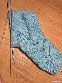 Knitting Designs, Knitting Projects, Knitting Patterns, Knitted Slippers, Slipper Socks, Knitting Socks, Baby Knitting, Knit Crochet, Stitch