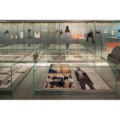Das Helmut Lang Archiv im Museum für angewandte Kunst in Wien dokumentiert das Schaffenswerk des österreichischen Designers. Im neuen MAK Design Labor erhält Helmut Lang einen eigenen, permanenten Ausstellungsraum Helmut Lang, Home Study, Maker, Designer, Museum, Showroom, Minimalism, Archive, Culture
