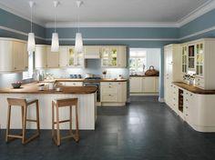eine Küche in weißer Farbe mit arbeitsplatten aus Holz und einem großen Herd