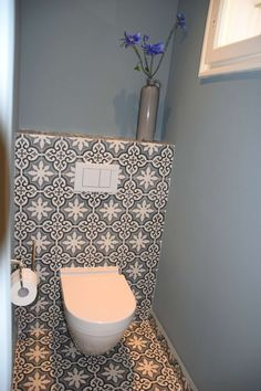 Ensuite - Shelf behind toilet & behind bath (wall to wall) & behind vanity & into shower Also Bathroom shower Small Toilet Room, Guest Toilet, Downstairs Toilet, Bathroom Toilets, Laundry In Bathroom, Small Bathroom, Basement Bathroom, Design Wc, Toilet Design