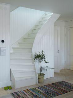 För att göra om den trista trappan från 70-talet gjordes följande:       Fururibborna revs och togs bort.   Varje t...