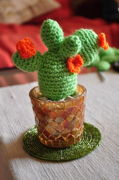 Cactus free pattern - nice gift for a plant lover. Crochet Home, Love Crochet, Crochet Gifts, Crochet Yarn, Crochet Flowers, Amigurumi Patterns, Crochet Patterns, Crochet Cactus Free Pattern, Cat Amigurumi