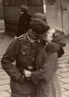 A German soldier grabs a last minute goodbye kiss from his sweetheart, Couples Vintage, Vintage Kiss, Vintage Romance, Vintage Love, Vintage Retro, Nagasaki, Hiroshima, Old Fashioned Love, Old Fashioned Photos