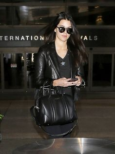 Back in black: The Smokin Hot supermodel Kendall Jenner made her way in combat boots and carried her belongings in a chic leather bag Pimple Cream, Acne Cream, Back Acne Causes, Fringe Leather Jacket, How To Get Rid Of Acne, Black Leather Bags, Body Treatments, Old Models, Back To Black