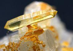 Quartz sur Albite Palermo Mine in North Groton, New Hampshire Taille=7 mm Photo © Peter Cristofono