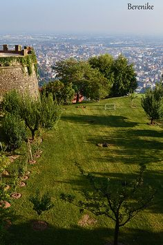 Bergamo (Italia) -  i campi, una volta coltivati,  sotto le Mura venete