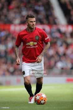 David Beckham of Manchester United Legends during the Manchester United Legends v FC Bayern Legends match at Old Trafford on May 2019 in Manchester, England. (Photo by Matthew Ashton - AMA/Getty Images) David Beckham Manchester United, Manchester United Legends, Manchester United Players, David Beckham Haircut, David Beckham Style, Best Football Players, Soccer Players, David Beckham Daughter, David Beckham Wallpaper