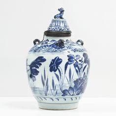 Pot couvert de forme balustre en porcelaine blanche décorée en bleu sous couverte, Chine, Époque Ming (1368-1644)