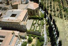 24. _pienza_palazzo_piccolomini. La principal originalidad de este palacio está en su fachada posterior que, frente al eminente carácter urbano de la principal, se orienta hacia el campo a modo de loggia, disponiendo de un jardín colgante.