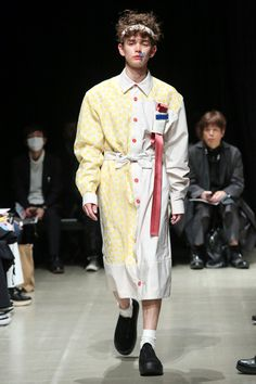 See the complete Moto Guo Tokyo Fall 2017 collection.