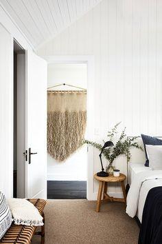 Antigua granja con toque costero moderno - For the Home - scandinavian interiors Stylish Bedroom, Modern Bedroom, Master Bedrooms, Natural Bedroom, White Bedrooms, Master Bath, Home Decor Bedroom, Diy Home Decor, Bedroom Ideas