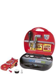 Hauskassa, kannettavassa Autot 2 -varikkosalkussa on Salama McQueen -pienoisauto, jossa on irrotettavat osat. Mukana tulevien työkalujen avulla voit koota auton haluamasi näköiseksi ja esimerkiksi vaihtaa pyöriä. Mukana tarroja. Koko 25,5 x 24x 10 cm. Salama, Arcade Games, Jukebox, Mcqueen, Personalized Items