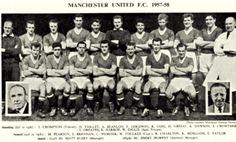 Hráči Manchesteru United, kteří zahynuli při mnichovské katastrofě: Geoff Bent (25 let), Roger Byrne (kapitán mužstva, 28 let), Eddie Colman (21 let), Duncan Edwards (21 let), Mark Jones (24 let), David Pegg (22 let), Tommy Taylor (26 let), Billy Whelan (22 let)Hráči, kteří nehodu přežili:Johnny Berry (v době havárie 31 let, už nikdy nehrál vrcholový fotbal), Jackie Blanchflower (v době havárie 24 let, už nikdy nehrál vrcholový fotbal), Bobby Charlton (v době havárie 20 let, pozdější…