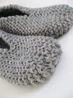 These slippers are thick and warm. This project is so fast and easy-to-do using two yarn strands. I knitted a pair of comfortable slippers with rustic wool yarn for great durability and warmth… Knitting For Beginners, Easy Knitting, Loom Knitting, Knitting Stitches, Knitting Socks, Knitting Patterns, Knit Slippers Free Pattern, Knitted Slippers, Crochet Slippers