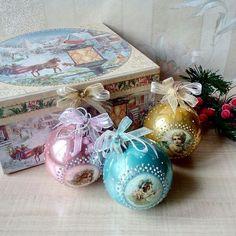 """Набор новогодних игрушек """"Ангелы и дети"""". В набор входит шесть шаров, по два каждого цвета и подарочная  коробка."""