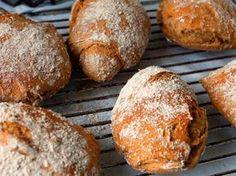 Die Vollkorn-Roggen-Dinkelbrötchen sind luftig lecker, schmackhaft. Es lohnt sich den Teig 24 Stunden gehen zu lassen.