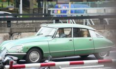 English actress Rosamund Pike was spotted on the streets of London driving her vintage Citroën with a CYBEX Solution Q2-Fix in the backseat.