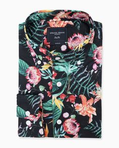 <p>Inspirerad av naturens alla färger är denna mönstrade button down-skjorta i casualfit-modell ett givet val i sommargarderoben. Valet av ett lätt och tunt tyg gör skjortan perfekt för varma eftermiddagar på uteserveringen.</p> <p>Skjortan kommer med ett unikt tryck vilket gör att den skiljer sig från mängden. Mönstret är likt naturen en rik blandning av färger, med blommor och blad mot en svart bas. Den skapar en underbar känsla av liv och energi, och fångar verkligen...