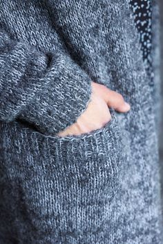 Pitkä neuletakki – katso ohje   Meillä kotona Knitting Stitches, Knitting Patterns, Knitting Projects, Fingerless Gloves, Arm Warmers, Knitted Hats, Knit Crochet, Embroidery, Sewing
