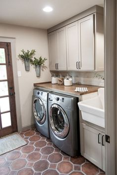 Adorable 65 Modern Farmhouse Laundry Room Decor Ideas https://homespecially.com/65-modern-farmhouse-laundry-room-ideas/
