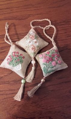 Hand Embroidery Dress, Embroidery Bags, Hand Embroidery Designs, Beaded Embroidery, Embroidery Stitches, Embroidery Patterns, Lavender Bags, Brazilian Embroidery, Sewing Accessories
