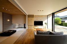 和と洋が美しく調和した広々リビング。木目と畳の向きが揃っていることでモダンなデザインに仕上がっている。TVの背面の壁材は外に繋がっている仕様となっている Japanese Home Design, Japanese Modern, Japanese House, Muji Haus, Ceiling Design Living Room, Interior Architecture, Interior Design, Modern House Design, Interior Inspiration