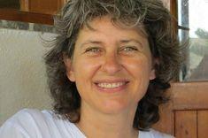 Η Ελένη Περινού γεννήθηκε και μεγάλωσε στη Στυλίδα. Οι πρώτες της σπουδές στα ΤΕΙ Αθηνών την ώθησαν να ασχοληθεί αρχικά με την παιδαγωγική ως νηπιαγωγός, ενώ αργότερα τελειώνοντας το τμήμα ψυχολογίας του Παντείου Πανεπιστημίου το ενδιαφέρον της στράφηκε στον τομέα της ψυχοθεραπείας.