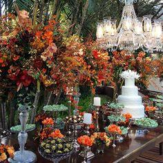 Mesa de doces por @nininhasigrist @fabioborgatto1 @telmahayashi @festahmoveis #casamentomafeebeto #fabioborgatto1 #telmahayashi #sweettable #cake