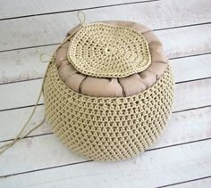 Háčkovaný puf s fotopostupem Crochet Pouf, Crochet Videos, Straw Bag, Diy And Crafts, Recycling, Homemade, Knitting, Crocheting, Sweet