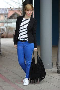 Königsblau mit Streifen - weiße Sneaker und Blazer