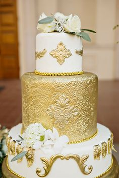 Gold wedding cake #goldweddingcake. #wedding #bridal #cakes