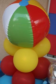 I think I might try this Beach Ball Balloon Column