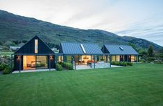 This Wanaka holiday home was designed to cater for extended family and friends. Pete and Belinda Blaxland had often thought of. Architecture Durable, Architecture Design, Modern Barn House, Rural House, Farm House, Casas Containers, Modern Farmhouse Exterior, Shed Homes, Exterior Design