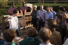 De Personeelsvereniging van de Erdee Media Groep tijdens een workshop pizzabakken